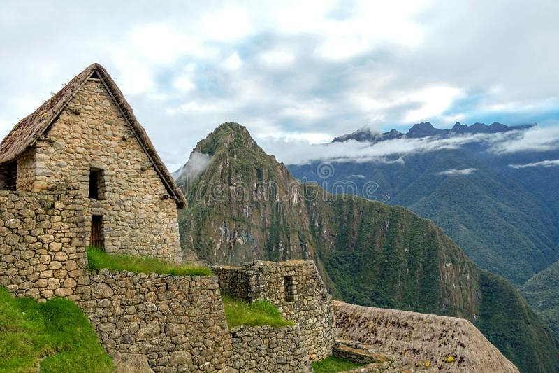 Övergett fördärvar av Machu Picchu den Incan citadellen, labyrinten av terrasser och väggar som stiger ut ur den tjocka undervege arkivfoto