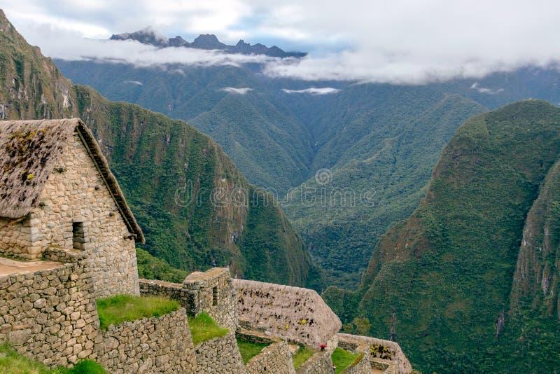 Övergett fördärvar av Machu Picchu den Incan citadellen, labyrinten av terrasser och väggar som stiger ut ur den tjocka undervege arkivfoton