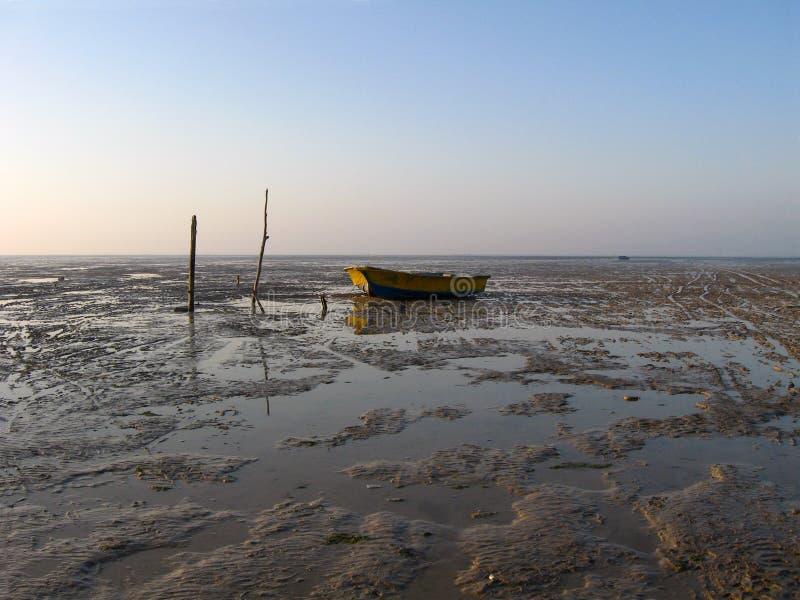 Övergett fiskarefartyg i lågvatten arkivbild