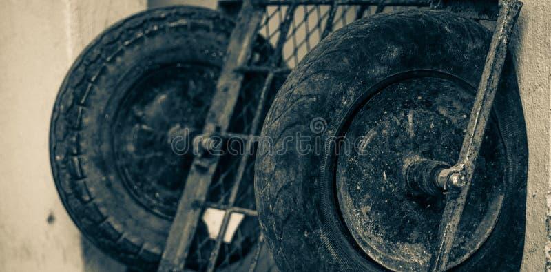 Övergett hjul av en bil arkivbilder
