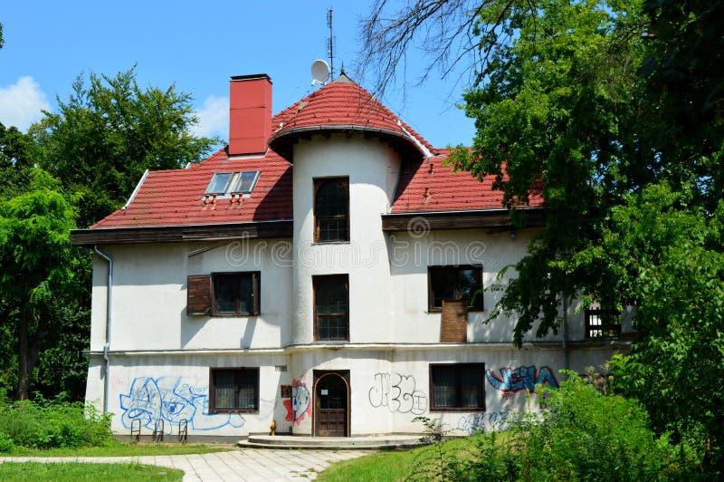 Övergett hus i Budapest, Ungern arkivbilder