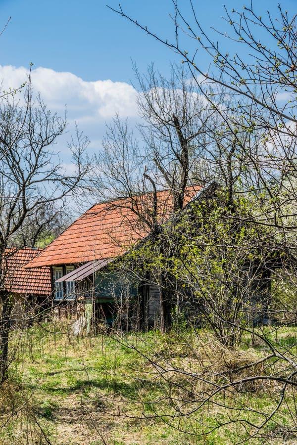Övergett hus i den ukrainska byn arkivfoton