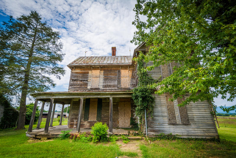 Övergett hus i Elkton, i Shenandoahet Valley av Virginia royaltyfria bilder