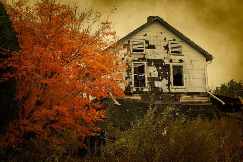 Övergett hus i höst arkivfoton