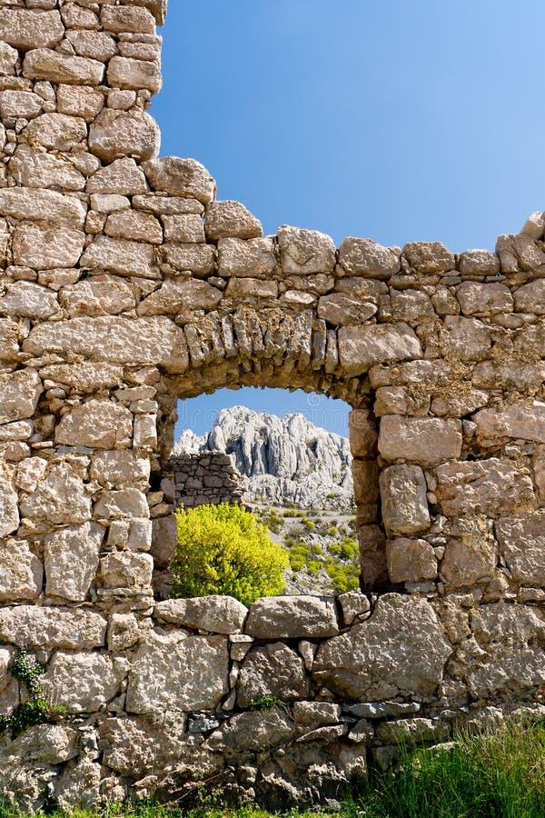 Övergett hus i Tulove Grede, Kroatien arkivbild