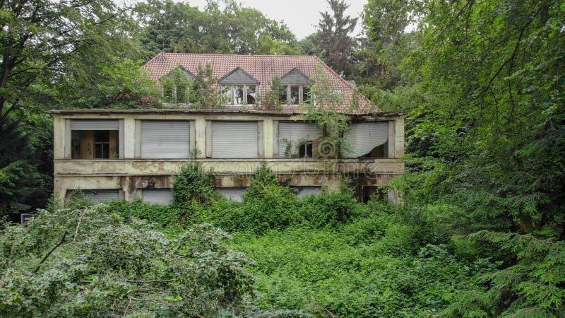 Övergett hus i Tyskland, borttappade ställen, i behov av renovering royaltyfri fotografi