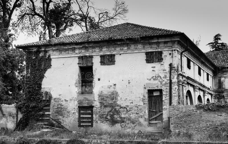 Övergett hus nordliga Italien arkivbild