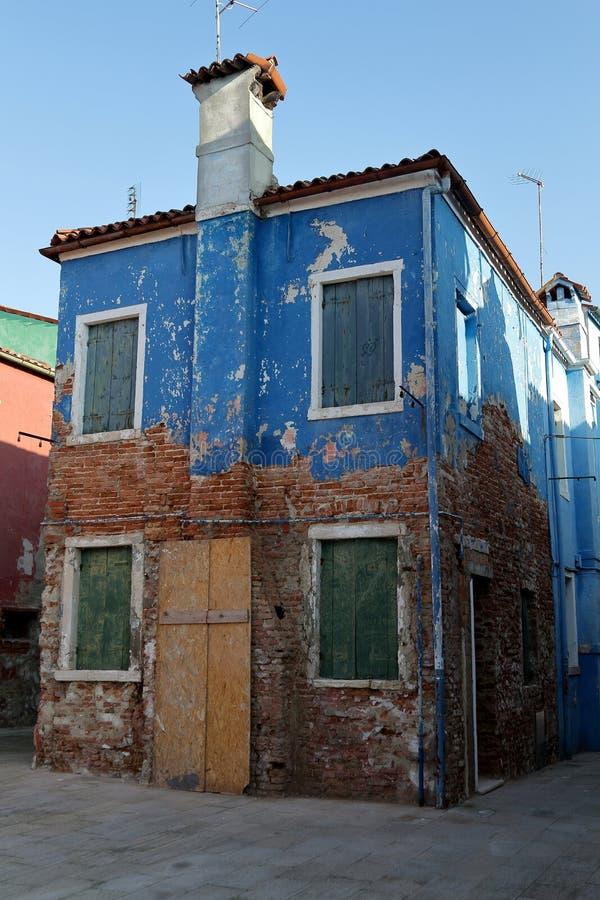 ?vergett hus p? ?n Burano n?rliggande Venedig, Italien arkivbilder