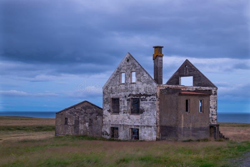 Övergett hus på den Snæfellsnes halvön, Island royaltyfria bilder