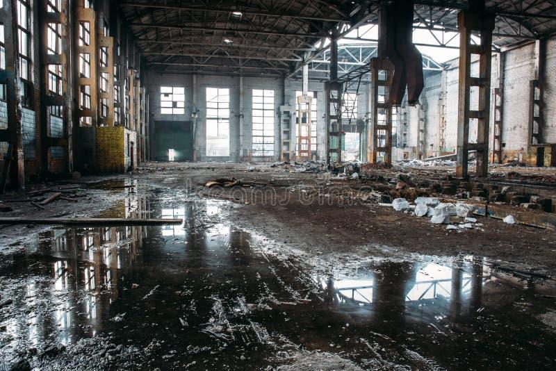 Övergett industriellt kusligt lager, gammal mörk grungefabriksbyggnad arkivbilder