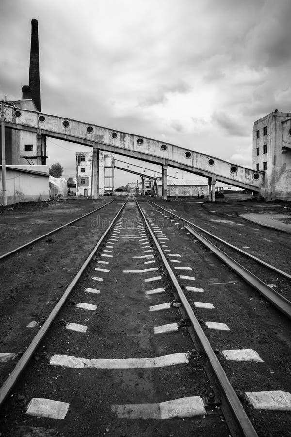 Övergett järnväg industriellt maktkomplex royaltyfria bilder