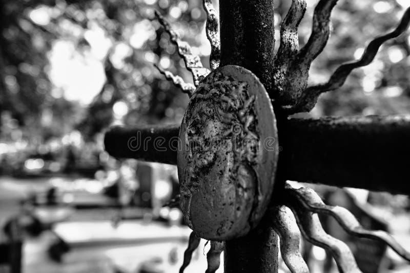 Övergett kors på kyrkogården royaltyfri fotografi