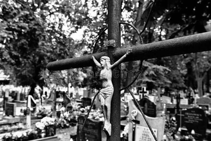 Övergett kors på kyrkogården royaltyfria bilder