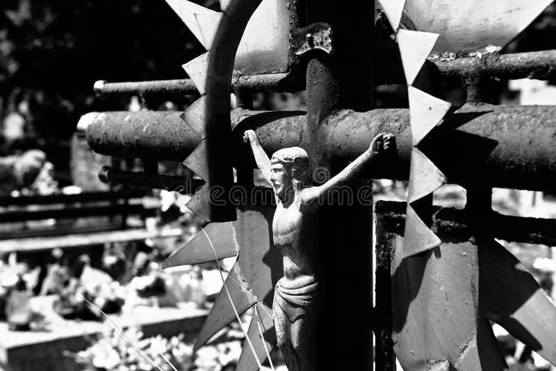 Övergett kors på kyrkogården fotografering för bildbyråer