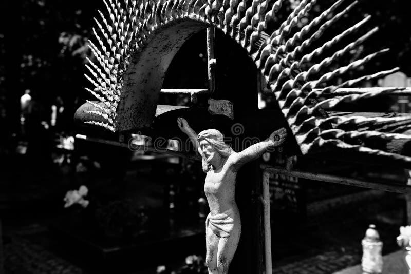 Övergett kors på kyrkogården arkivfoton