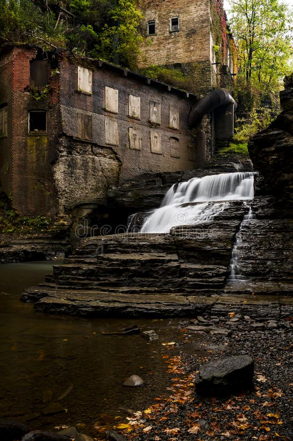 Övergett mala & kraftverket - Autumn Waterfall - Ithaca, New York royaltyfri fotografi
