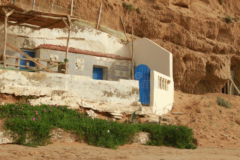 Övergett och förstört fördärvar av sjösidasommarhus på vaggar atlantiskt morocco hav arkivbilder