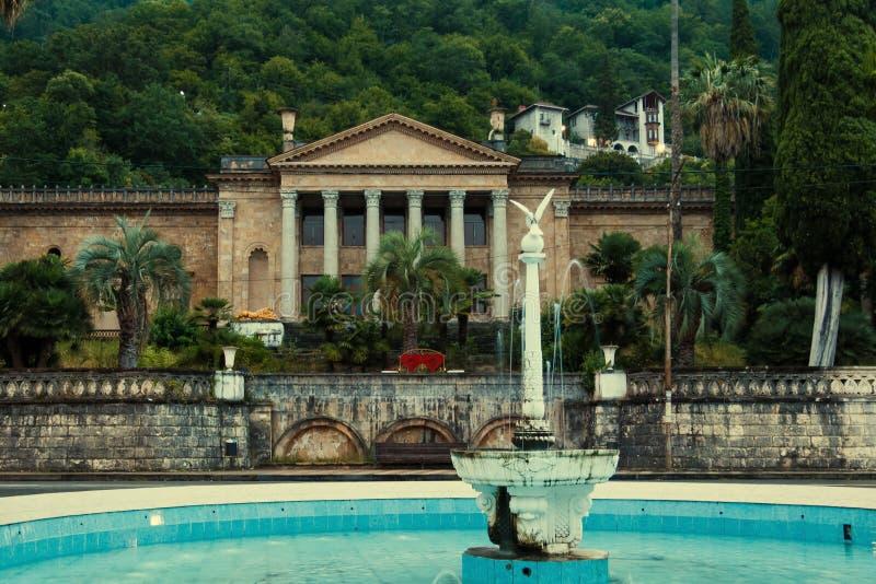 Övergett och tömmer byggnad av vinterteatern i Gagra i Abchazien royaltyfri bild