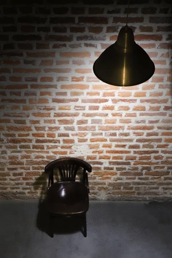 Övergett rum av röd tegelsten med ljuset av lampan royaltyfri fotografi