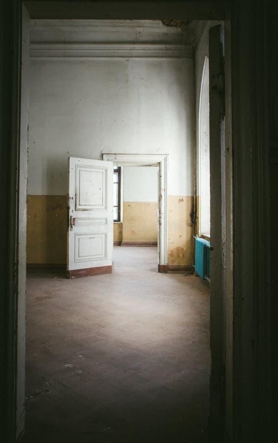 Övergett rum i gammalt hus arkivbild