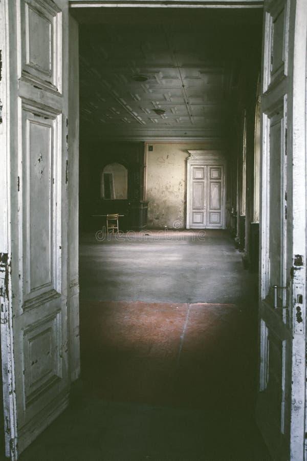 Övergett rum i gammalt hus royaltyfri foto