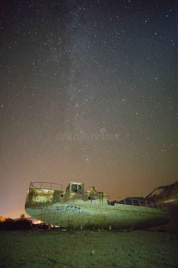 Övergett skepp i natten med stjärnor royaltyfria foton