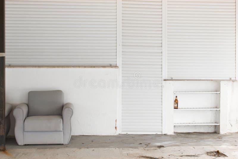 Övergett ställe med en fri soffa royaltyfri fotografi