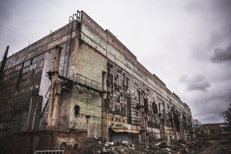 Övergett stadsbegrepp, förstörd industriell fabriksbyggnad efter krig-, jordskalv- eller naturkatastroforkan royaltyfria bilder