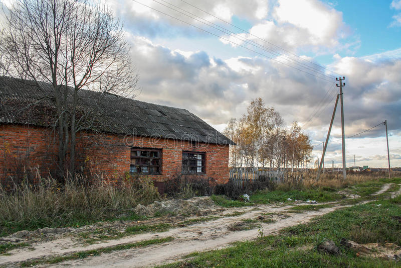 Övergett tegelstenhus, rysk vildmark arkivfoto