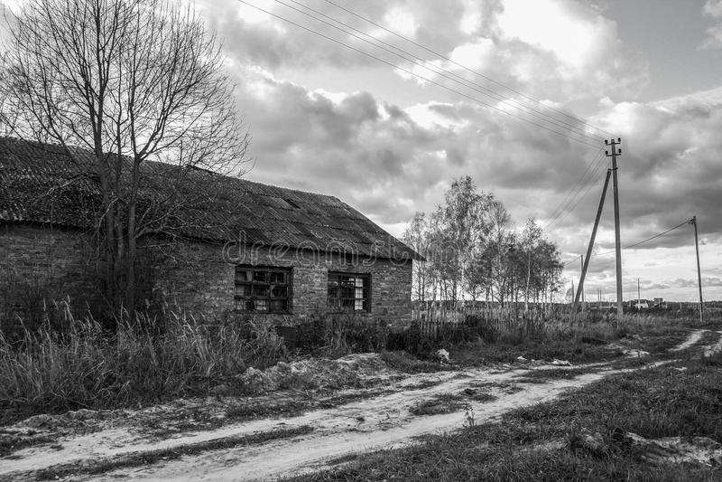Övergett tegelstenhus, rysk vildmark royaltyfri foto