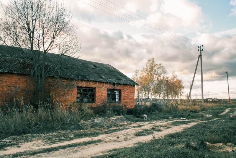 Övergett tegelstenhus, rysk vildmark arkivbilder