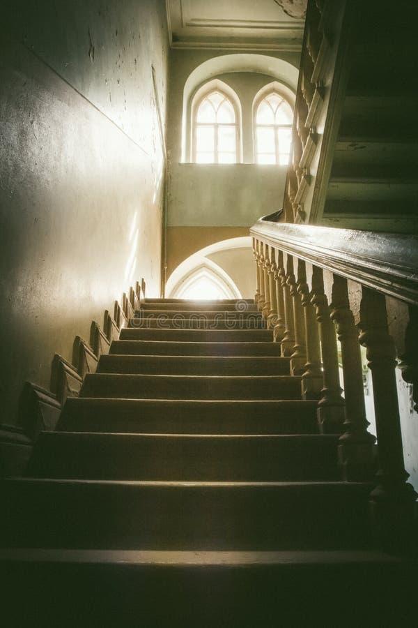 Övergett trappa och rum i gammalt hus arkivfoto