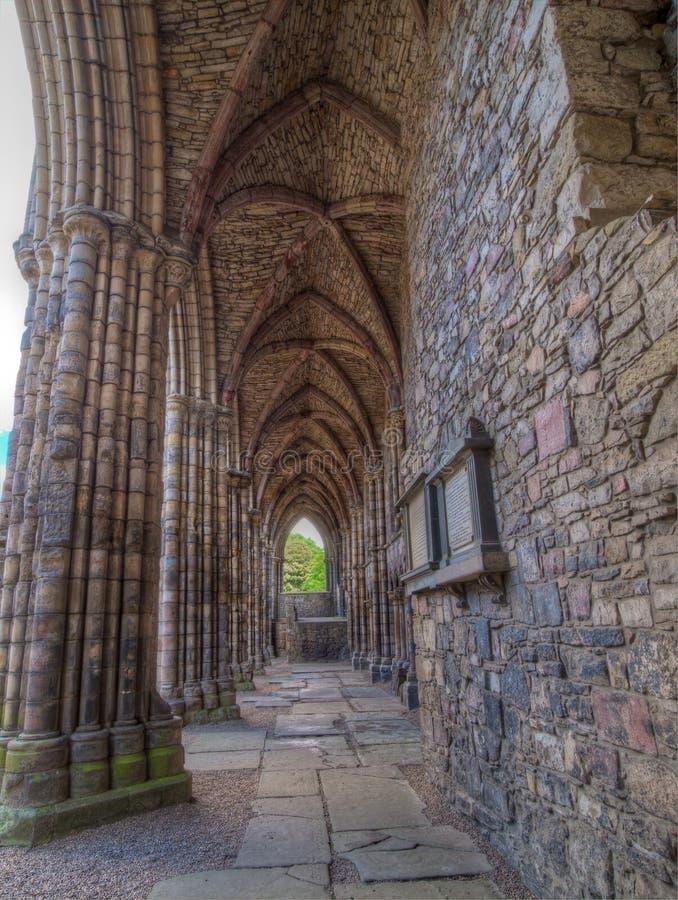 Övergiven abbotskloster på slotten av Holyroodhouse, Edinburg, Skottland royaltyfri bild