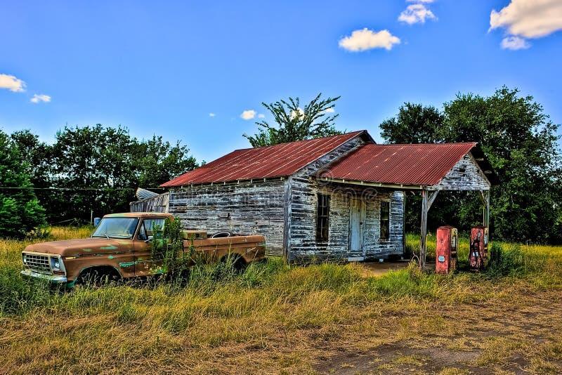 Övergiven bensinstation och övergav Ford Pick Up North Zulch Tex arkivbilder