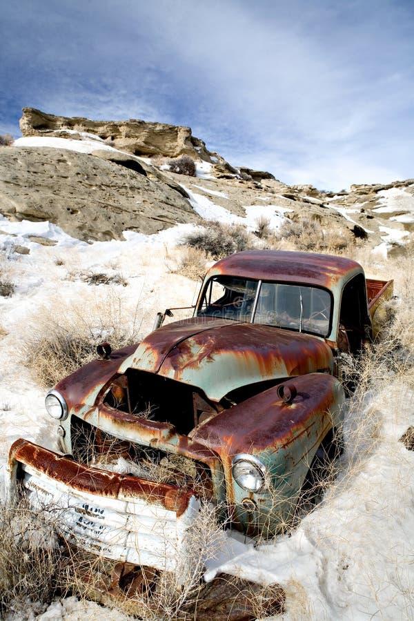 övergiven bilsnow arkivfoto
