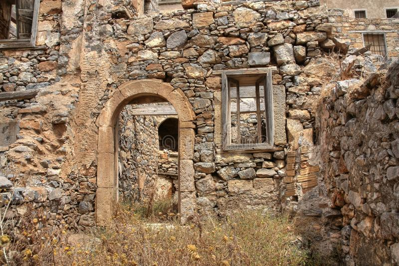 Övergiven boning, Spinalonga ö, Kreta, Grekland royaltyfri fotografi