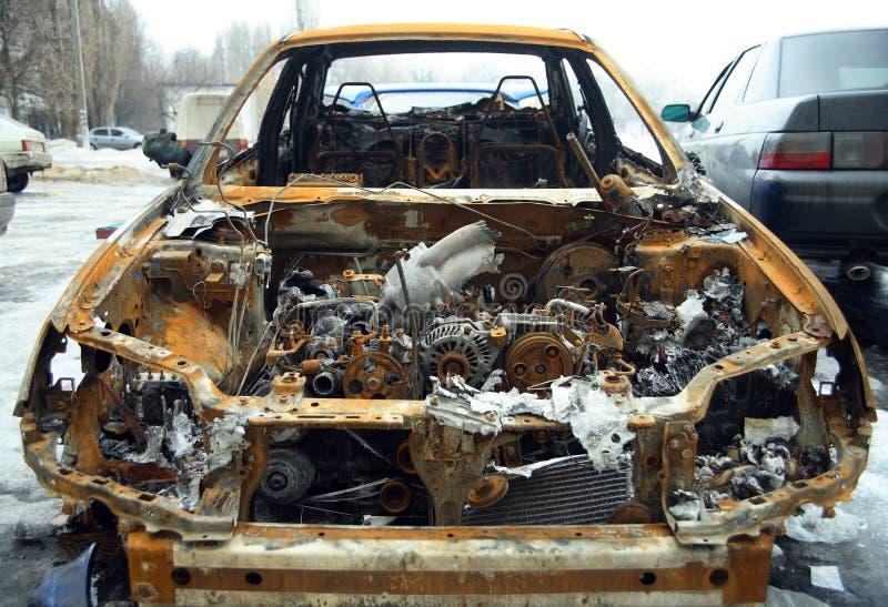 övergiven bränd bilframdel ut royaltyfri fotografi