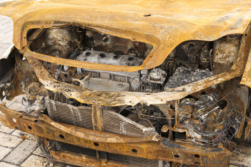 övergiven bränd bilframdel ut fotografering för bildbyråer