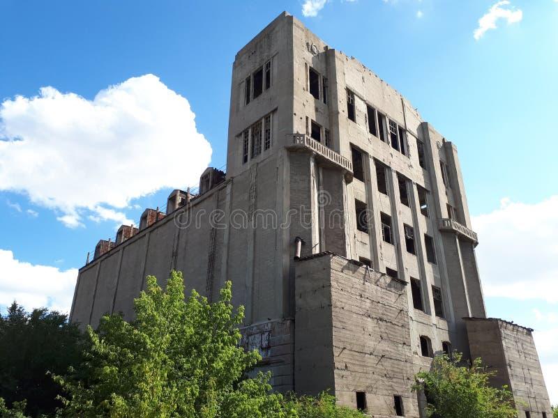 Övergiven byggnad från USSR fotografering för bildbyråer