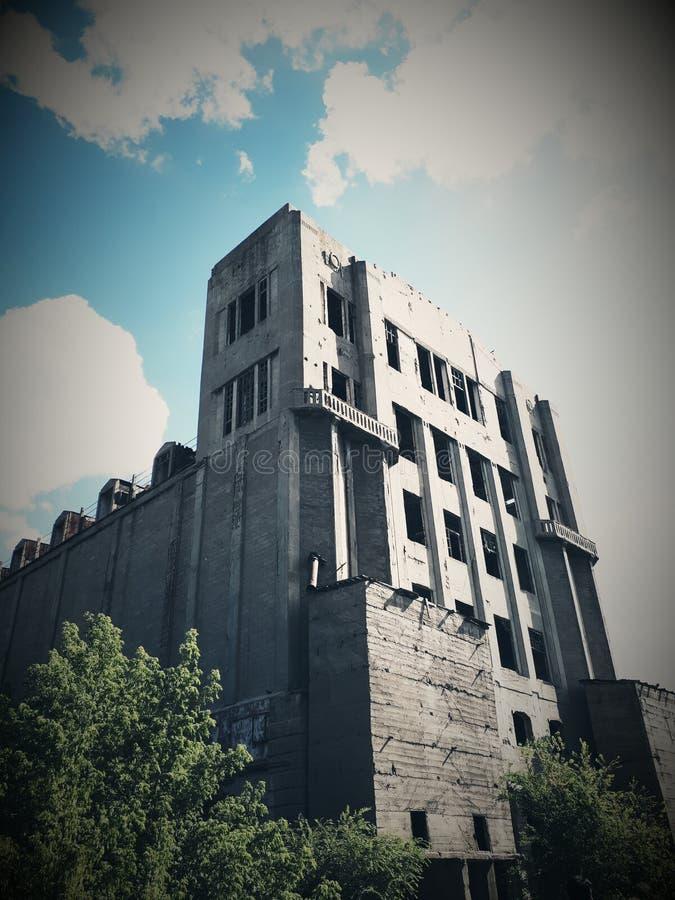 Övergiven byggnad från USSR arkivbild