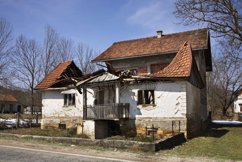 Övergiven byggnad i Licko Petrovo Selo croatia royaltyfria bilder