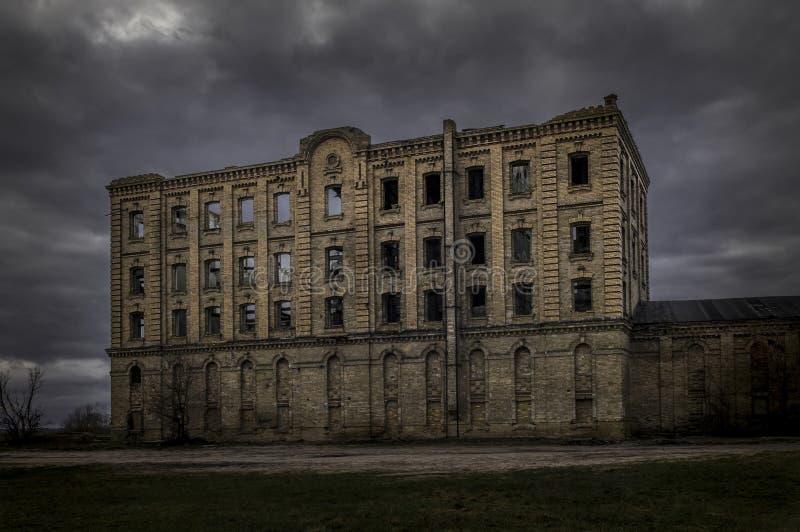 Övergiven byggnad som fördärvas maler, lya av häxor royaltyfria bilder
