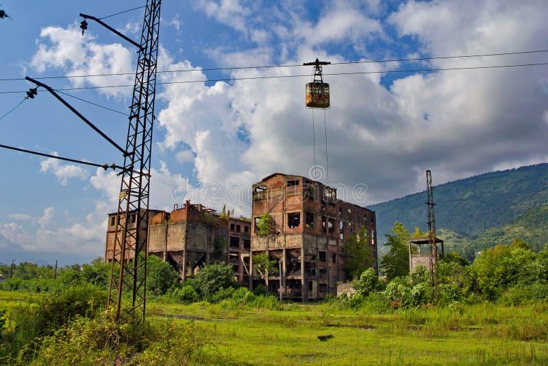 Övergiven drevstation, fabrik och kabelbil i Tquarchal Tkvarcheli Abchazien royaltyfria bilder