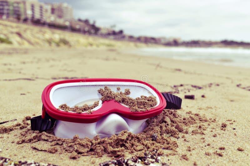 Övergiven dykningmaskering på stranden arkivbilder