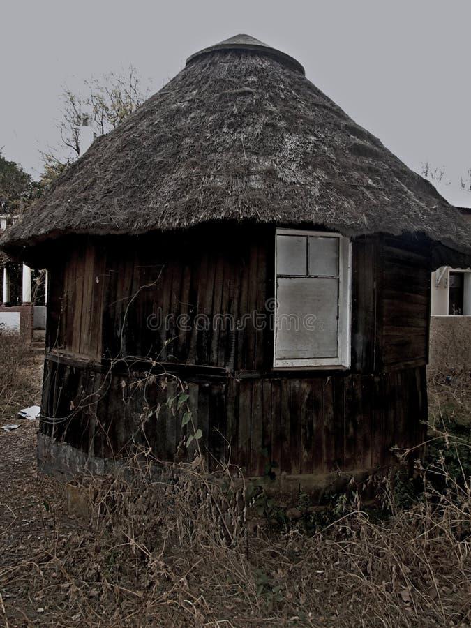 Övergiven förlägga i barack brun svart royaltyfri bild