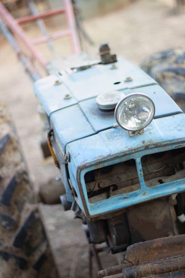Övergiven gå traktor för rostig tappning royaltyfri bild