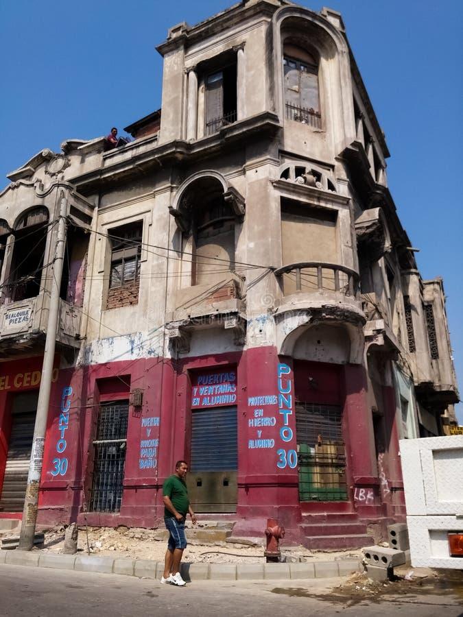 Övergiven gammal byggnad i en gata av Barranquilla, Colombia royaltyfria bilder