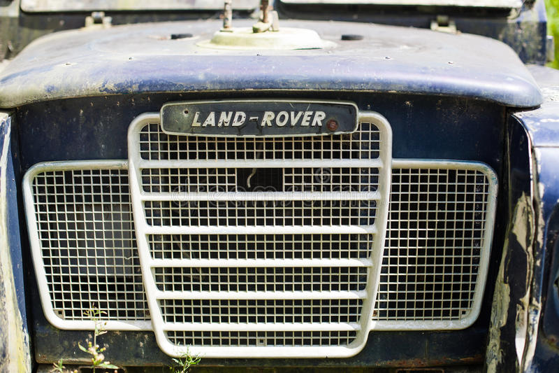 Övergiven gammal rostig bil retro bakgrund arkivbild