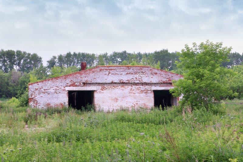 Övergiven gammal tegelstenhangar fotografering för bildbyråer