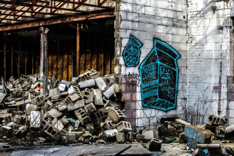 Övergiven grafittibyggnad i flinta michigan royaltyfri fotografi